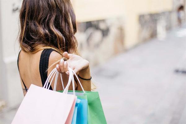 女性とショッピングデート